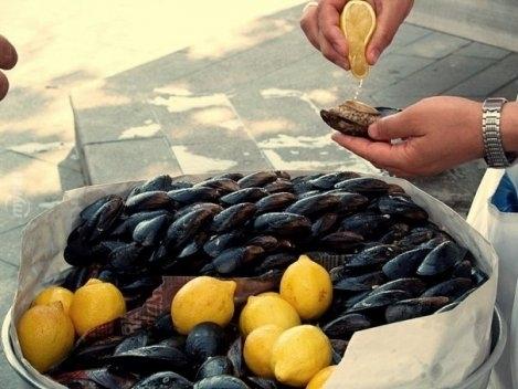 Ercan'dan midye yemek