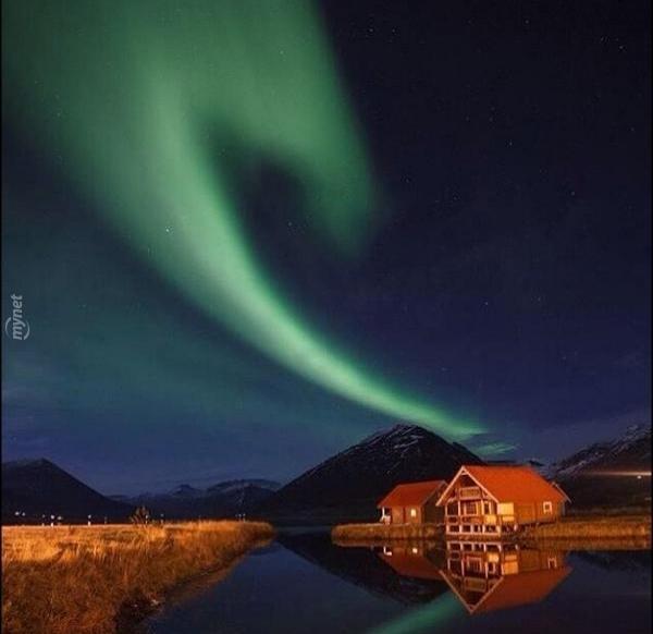 Kuzey ışıklarının altında kalan bir köy, İzlanda