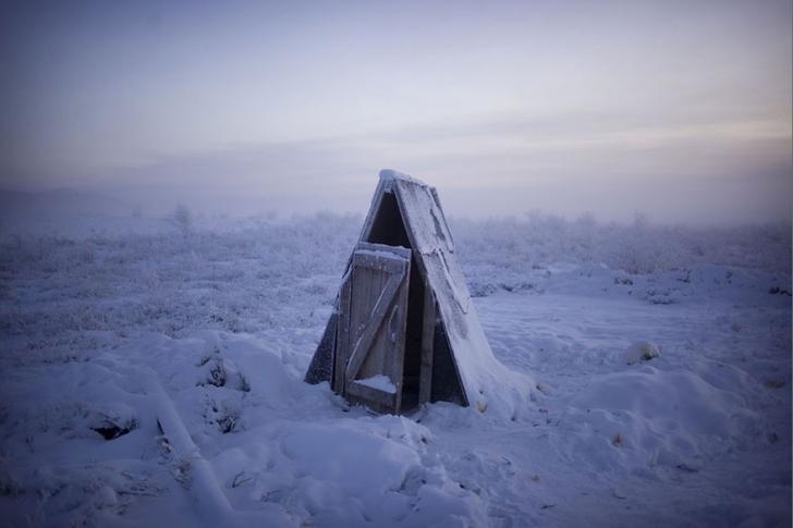 Kasabada aşırı soğuktan ötürü ev içlerine su tesisatı konulamadığından tuvaletler hep evlerin dışında.