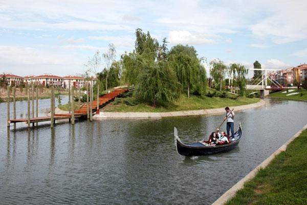 Eskişehir'de yaşayıp da gondola binmeyen yoktur. Porsuk'ta gondolla gezmek, sıcak ve kuru havalarda biraz da olsa serinlemenizi sağlar.