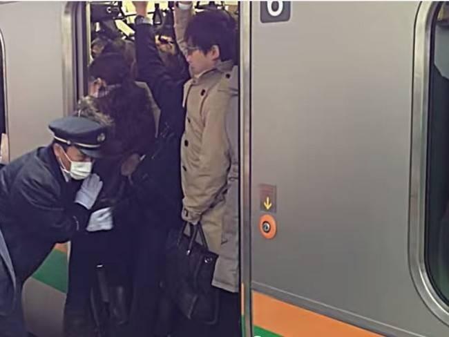 Metrolarda, kalabalık olunca onları kapıdan içeri sokmak için görevliler bulunur.