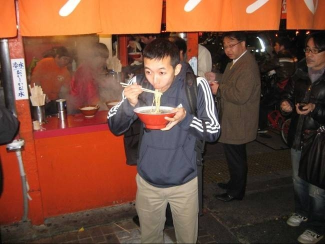 Yemek yerken ses çıkartmak kibarlık göstergesidir.