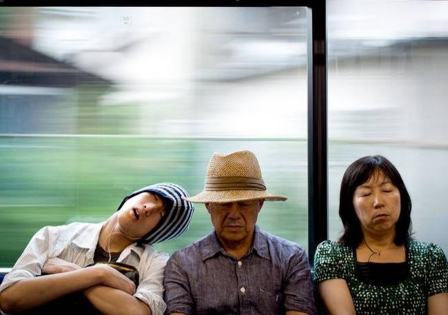 Birinin omzunda uyuyakalmak ayıp sayılmaz.