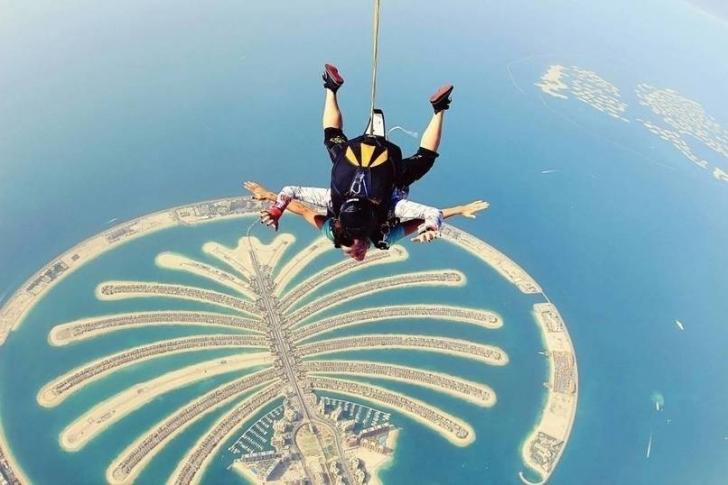Dubai Palmiye Adası'nın üzerinde atlayış yapmak