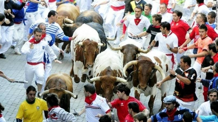 Pamplona, İspanya'da boğalarla koşmak