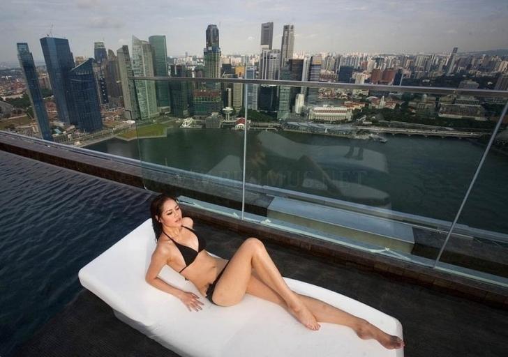 Marina Bay Resorts'u mutlaka görmelisiniz. Gönül ister ki bütçeniz orada kalmaya yetsin ancak gerçekten çok pahalı bir otel. Bu arada yapımı da 5.7 milyar Dolar tutmuş.