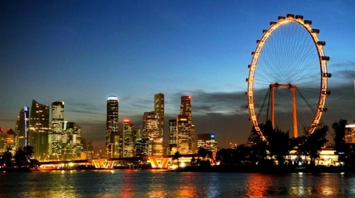 Singapur dönmedolabı bizim nostaljik mahalle arası lunaparklarımızdakilere pek benzemiyor. Bu devasa yapıyı hemen yerden görebilmeniz mümkün.