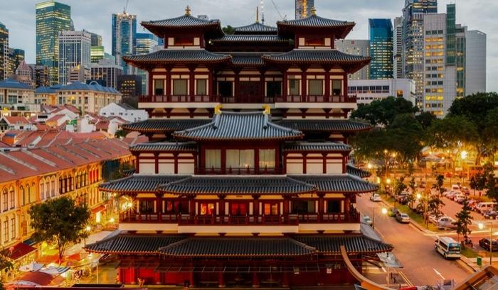 Singapur'un Çin Mahallesi'nde bulunan dev buda tapınağı, içinde bir müze de barındırıyor. Tarihi çok eskiye dayanmasa da inanılmaz bir mimari güzelliğe sahip.