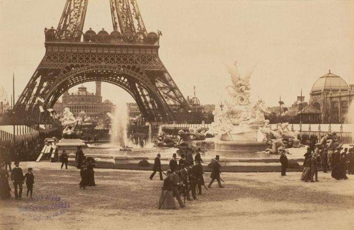 Yapı 1889 yılındaki açılış tarihden önceki 5 ayda 1,9 milyon kişi ziyaret edince, yıl sonuna kadar toplam masrafın 3/4'ü çıkartılmıştır.