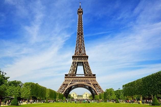 Eyfel Kulesi, yılda 6 milyon turist çeker. 2002 yılında toplam ziyaretçi sayısı 200 milyona ulaşmıştır. Bu sayının günümüzde 250 milyona yaklaştığı söylenmektedir.