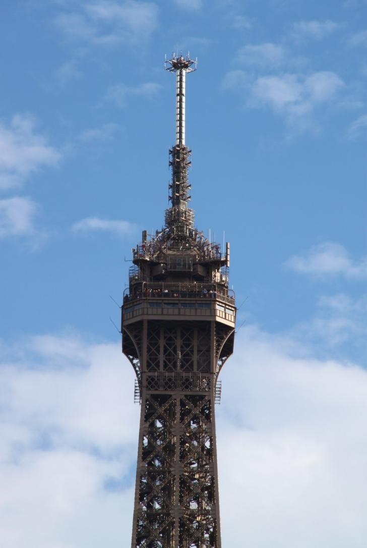 Eyfel Kulesi yapıldığında 300 m yükseklikteydi. Daha sonradan eklenen televizyon vericileriyle boyu 27 m daha artmıştır.