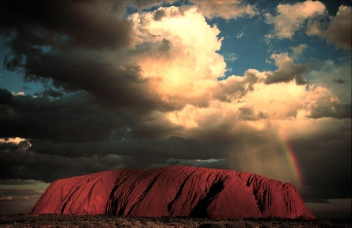 Avustralya'da bulunan ve dünyadaki en büyük taş olduğu kabul edilen Ayers Kayası (Uluru) dünyanın en kutsal yerlerinden biri.