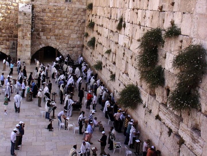 Kudüs'te bulunan ve Yahudilerce kutsal sayılan, Kutsal Tapınak'ın ayakta kalan batı duvarı: Ağlama Duvarı