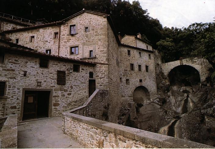 İtalya'nın Umbria bölgesinde bulunan ve Aziz Assisili Francesco ile takipçilerinin dua etmek ve düşünmek için gittikleri küçük bir inziva yeri. İtalya / Eremo Della Carceri