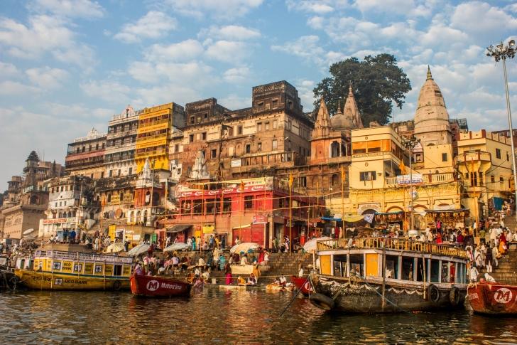 4000 yıllık tarihiyle dünyanın en eski kentlerinden olan ve cennetten geldiğine inanılan Ganj Nehri kıyısındaki