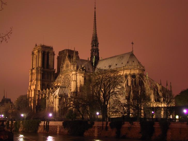 Victor Hugo'nun Notre Dame'ın Kamburu eseriyle özdeşleşip ünlenmiş olsa da Notre Dame hem mimarisiyle hem de tarihiyle ilgi çeken bir yer Notre Dame Katedrali