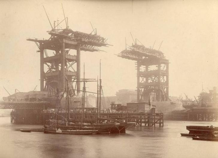 Mimarisi ile ünlü Londra Köprüsü, 1892.