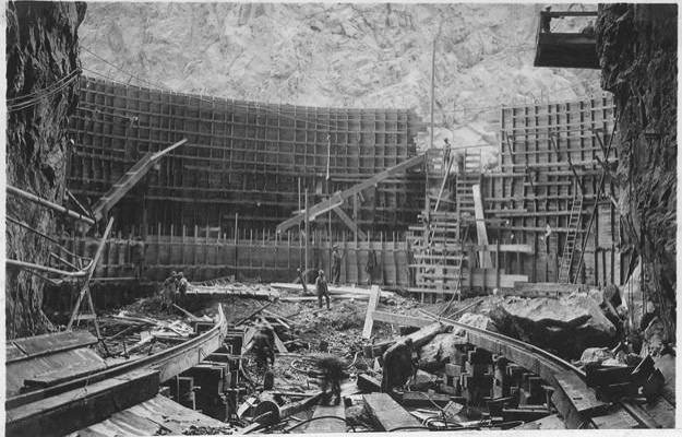 Amerika'daki 221 metre uzunluğu ile ünlü Hoover Dam Barajı, 1933'te.