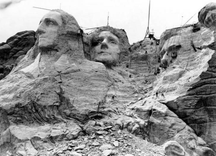 Rushmore Dağı Anıtı'nda 4 Amerika Birleşik Devletleri başkanının portreleri henüz tamamlanmamışken.