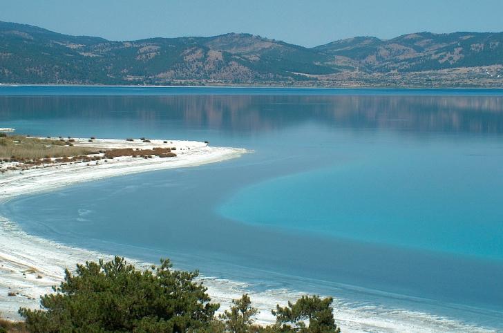Magnezyum yüklü bembeyaz kumsalıyla Türkiye'nin en derin gölü Salda kış aylarında önemli sayılarda barındırdığı pasbaş, patka ve dik kuyruk ördekleriyle uluslararası öneme sahiptir.