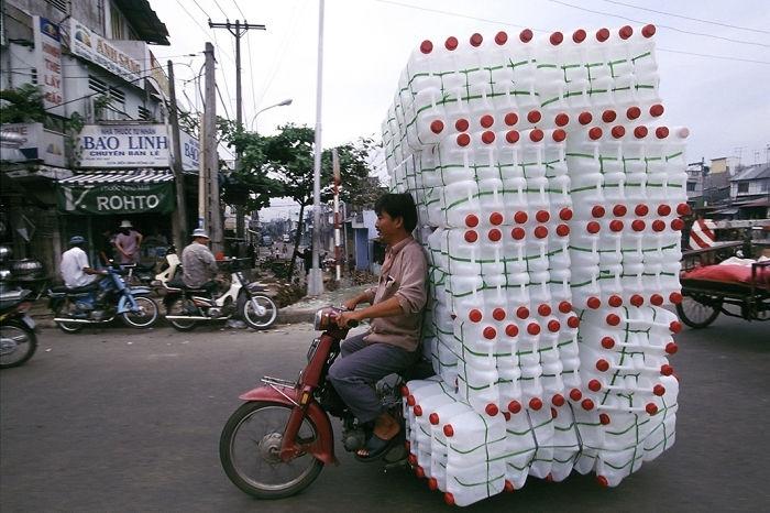 Geçenlerde Vietnam'da kask yasası daha da detaylandırıldı. Kaskını doğru bağlamayan sürücü veya yolcuyu 200 bin dong (yaklaşık 20 TL) gibi Vietnam'da servet sayılan bir cezaya çarptırıyor.
