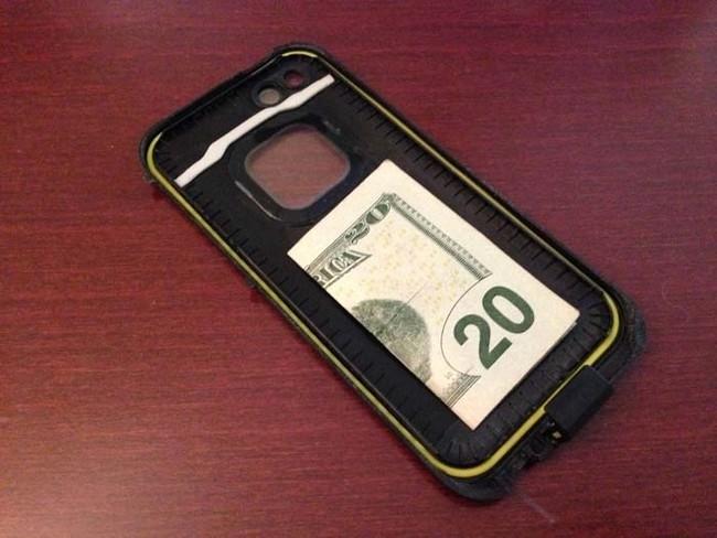 2. Telefon kılıfınızda ekstradan 50 Lira bulundurun. Nakitsiz kaldığınız bir durumda yanınızda kullanabileceğiniz para olmuş olur.