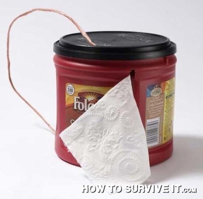 5. Tuvalet kağıtlarınızın ıslanmasını önlemek için eski bir dondurma kutusunu delip tuvalet kağıtlık yapın.