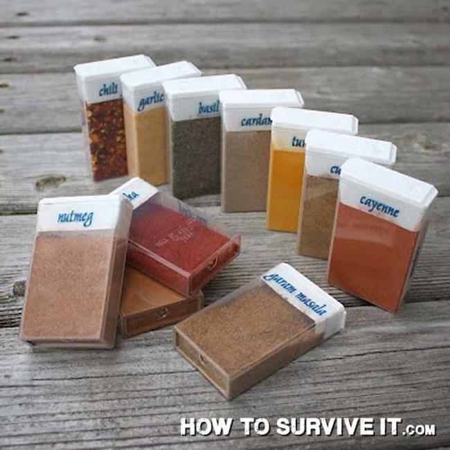 7. Baharatlarınız olmadan asla mı? Kamp alanına baharatlarınızı Tic Tac kutularına koyarak götürün.