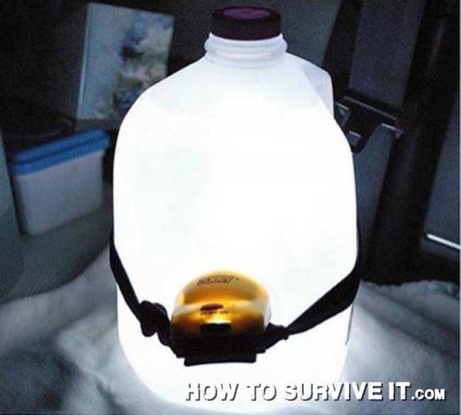 12. Plastik şişenin arkasına fener koyarsanız oldukça aydınlık ışık veren bir gece lambanız olur.