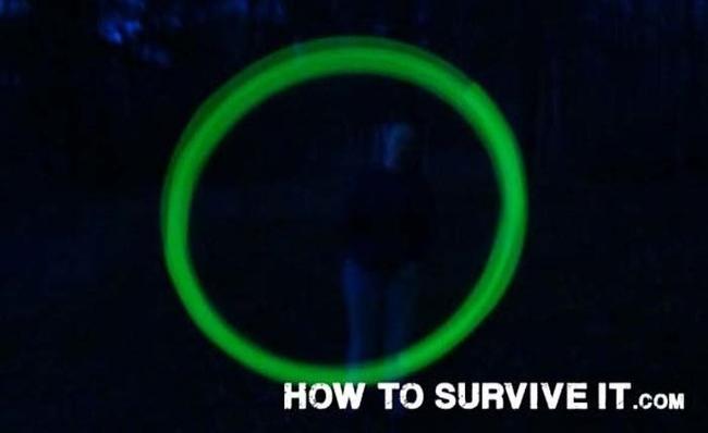 16. Eğer gece ormanlık alandaysanız, aranızdan birinin kaybolması ihtimaline karşı yanınızdaki herkesin neonlu parlayan çubuk taktığına emin olun.