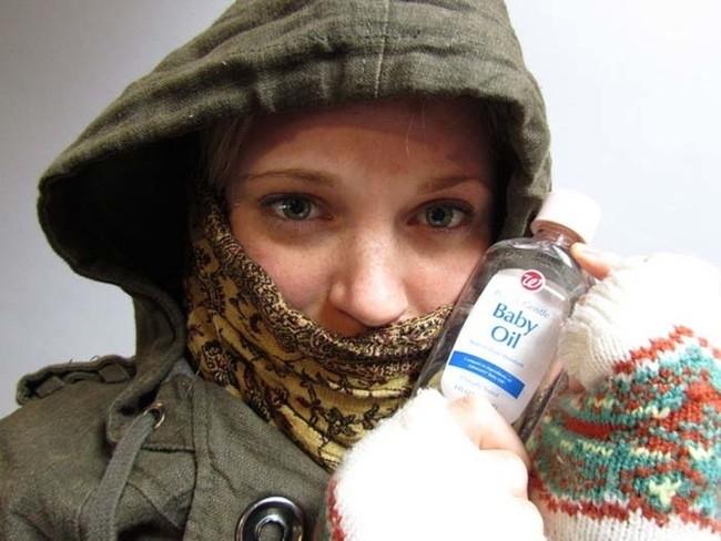 21. Cildinizin soğuktan yanmasından endişeleniyorsanız derinizin açıkta olan kısımlarına bebek yağı sürün.