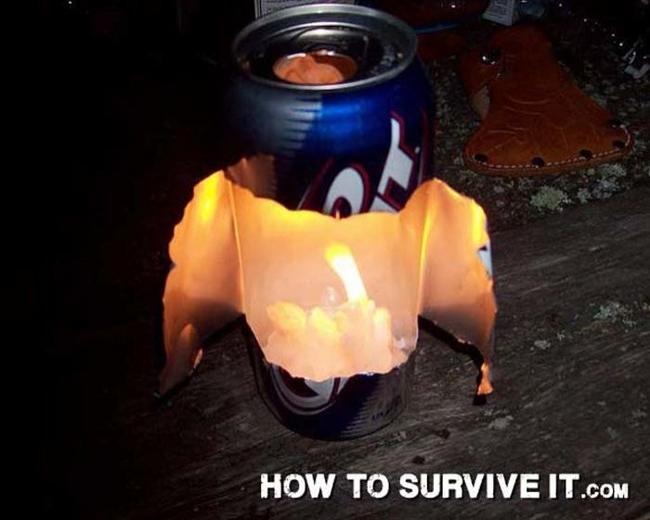 25. Çok parlak bir gece feneri yapmanın yolu: Teneke içecek kutusunu kesin ve mumu içine yerleştirin. Teneke ışığın yansımasını sağlar.