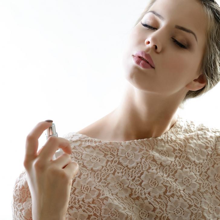 parfüm sıkan kadın ile ilgili görsel sonucu