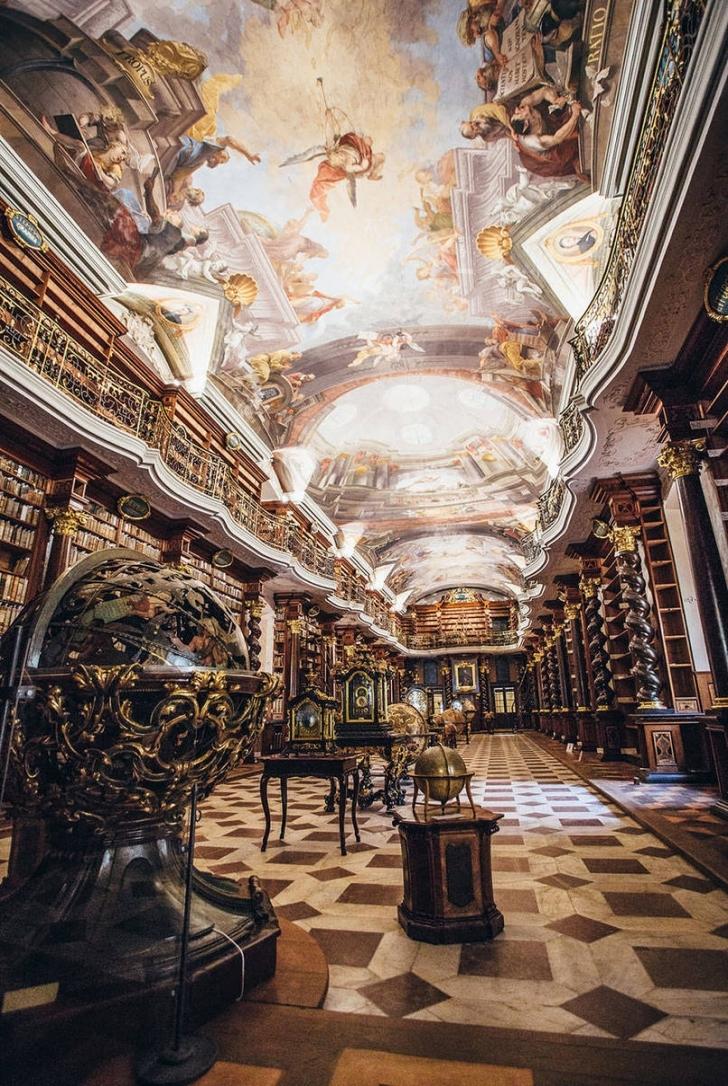 Bu bina, Jesuit Üniversitesi'nin parçası olarak 1722 yılında açıldı ve o zamandan beri insanlar binanın etkileyici barok mimarisine hayran.