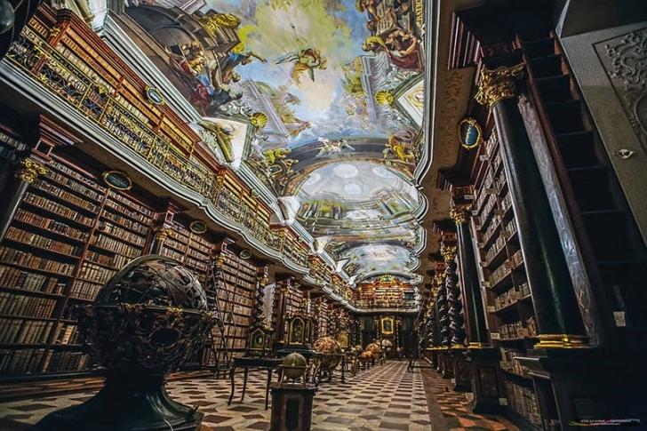 Binanın girift tavanlarındaki resimleri Jan Hiebl isimli sanatçı yaptı.