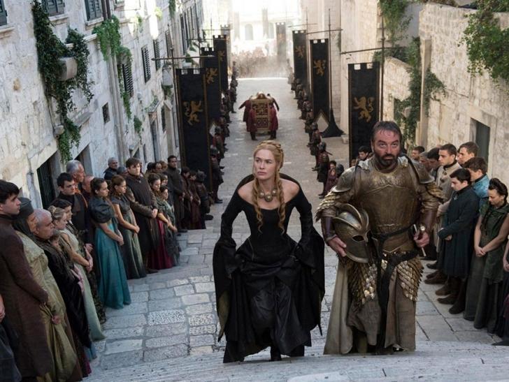 Dizide (sonradan kraliçeyi çırılçıplak göreceğimiz) saraya çıkan merdivenler - the Great Sept of Baelor (King's Landing)