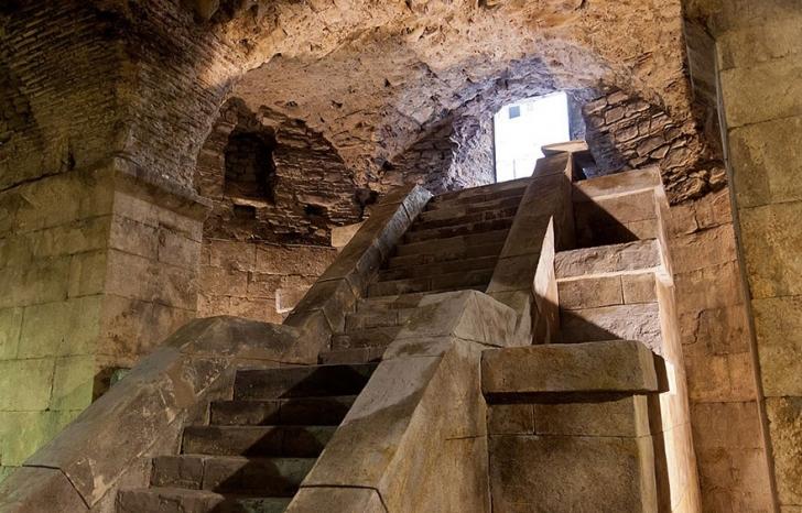 Diocletianus Sarayı'nın bodrumu. Dizide Daenerys ejderhalarını buraya kilitlemişti hatırlarsanız.