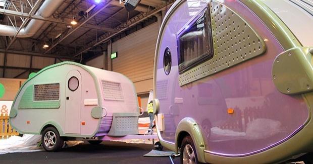 Bu da lego karavan ile gerçek versiyonunun yanyana fotoğrafı: