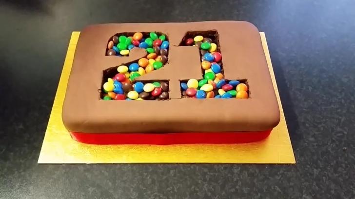 Şeker Hamuru Kullanarak Herkesin Yapabileceği Doğum Günü Pastası!