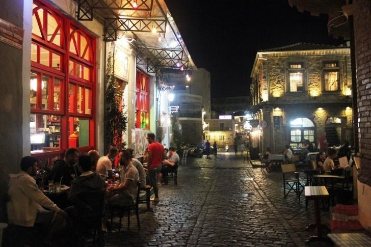 Eski şehir merkezinde Frappe içmek