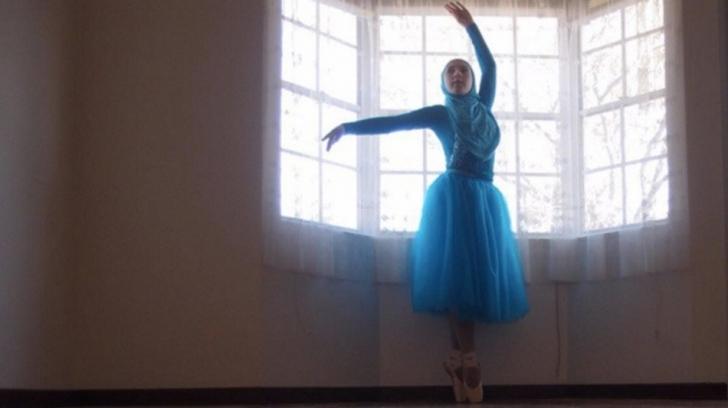 14 Yaşındaki Müslüman Kız Başörtülü İlk Balerin Olma Yolunda