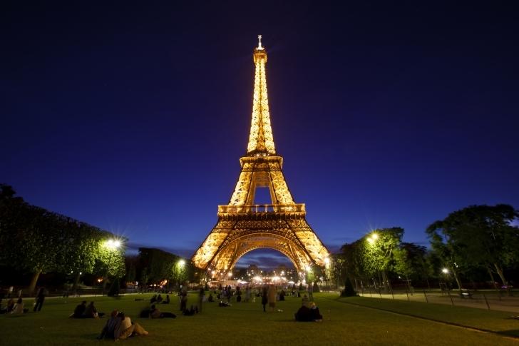 Paris'te, Eiffel Kulesi'nin Arkasında Bir Gizli Mağarada Uyumak