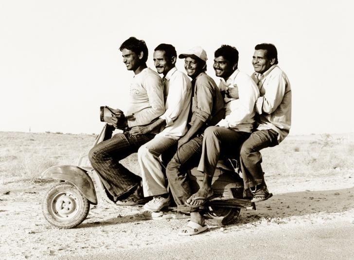 Beş arkadaş motosikletle gezerken, Rajasthan, Hindistan