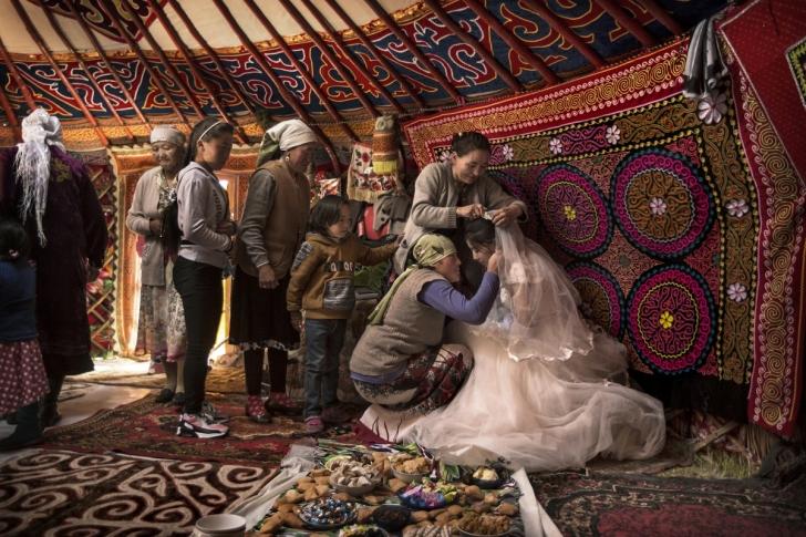 Kazak düğününde gelin giyidirilirken, Altay Dağlar, Kazakistan