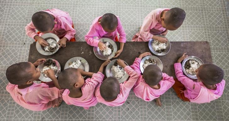 Rahibeler Yangon'da rahibe evinde yemek yerken, Myanmar
