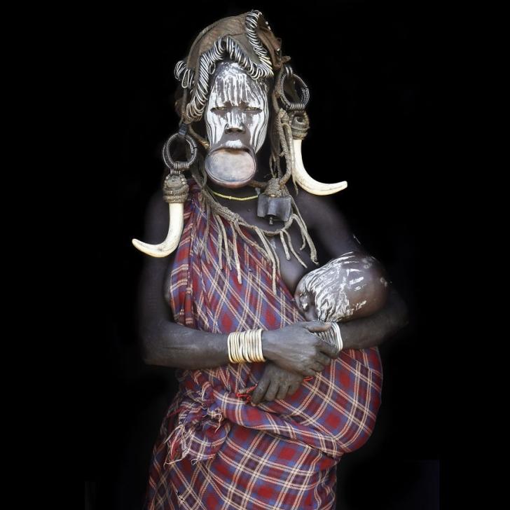 Bebeğiyle beraber Mursi'li bir anne, Etiyopya