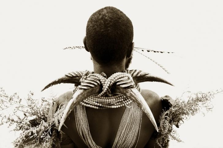 Öküz burnu ve boncuklu kolyeli adam, Papua Yeni Gine