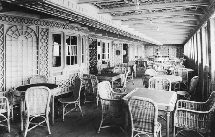 Fransa'daki bir kaldırım olarak inşa edilmiş olan Café Parisien de yine birinci sınıf yolculara ayrılmıştı.