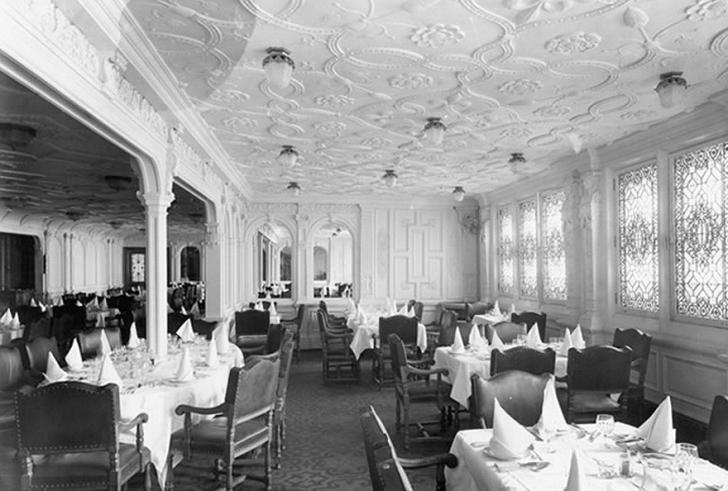 Birinci sınıf yemek salonu geminin tüm enini kaplayan genişlikteydi.