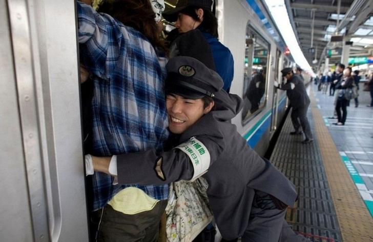 Japonya Tokyo'da tren yolcuları